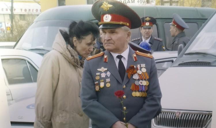"""У него множество наград. Но самой дорогой Владимир Тойвович называет значок """"Житель блокадного Ленинграда""""."""