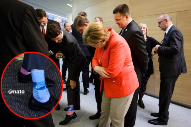 Ангела Меркель рассматривает носки Джастина Трюдо.