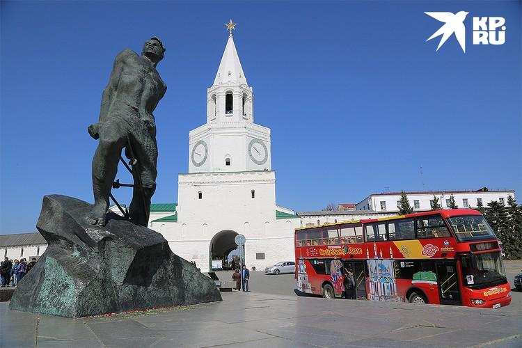 Туристический автобус у Спасской башни Казанского кремля.