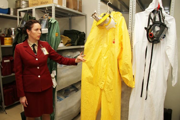 В таких защитных костюмах специалисты Роспотребнадзора заходят на борт прилетевшего самолета.