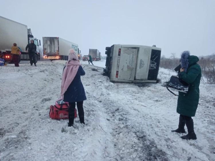 На момент аварии в автобусе находились 11 пассажиров. За медпомощью обратились четверо.