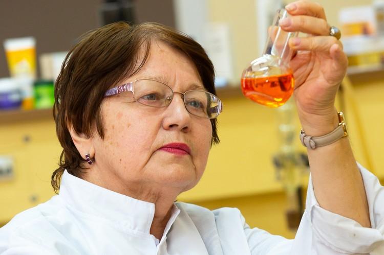 Елена Ножко уверена в оздоровительном и уркпеляющем воздействии продукта. Фото: пресс-служба КФУ