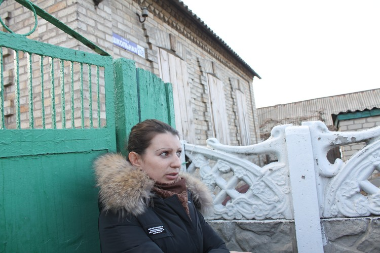 Окна забиты не только из-за того, что вылетели стекла, а и для того, чтобы спрятаться от украинского снайпера