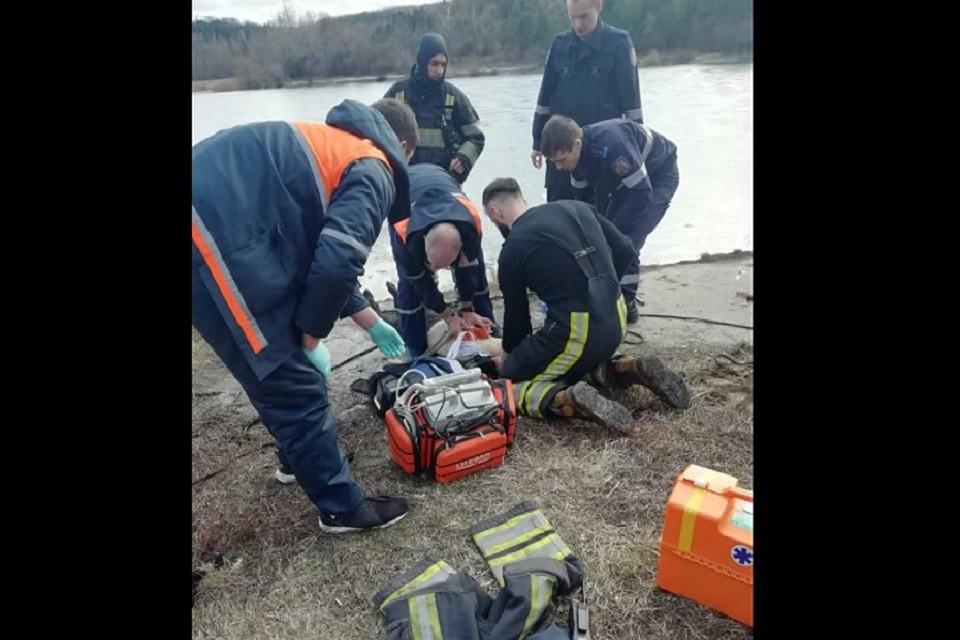 Если бы спасатели опоздали всего на минуту, мальчика бы уже не спасли (Фото: ГИЧС).