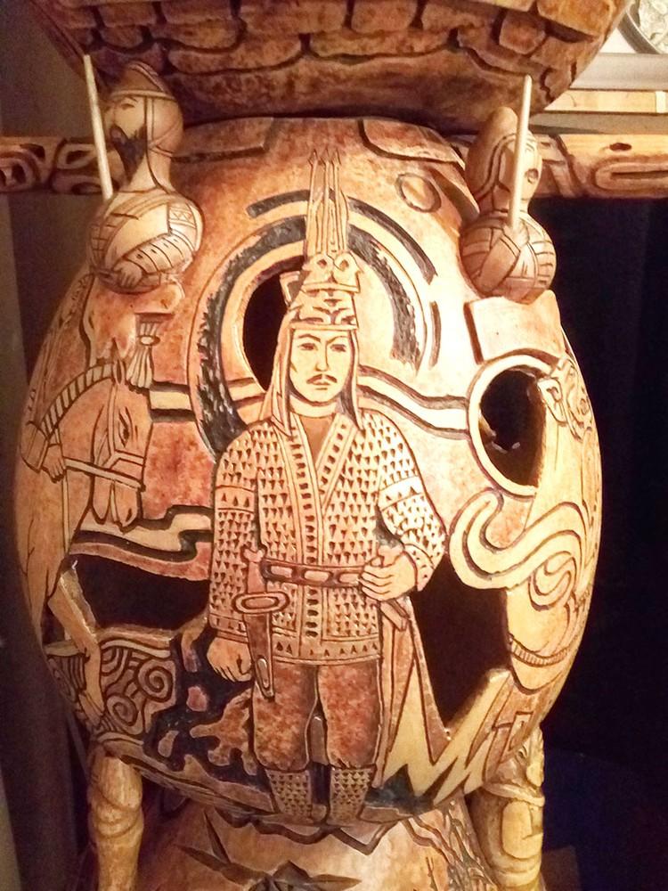Золотой человек отражен в стеле , как символ сакского периода.