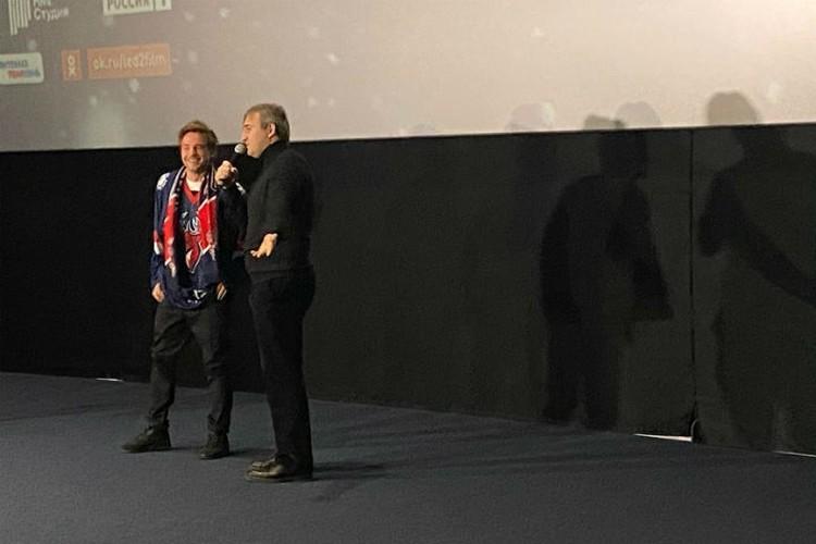 """Александру Петрову подарили майку ХК """"Торпедо"""" и пригласили стать частью команды."""