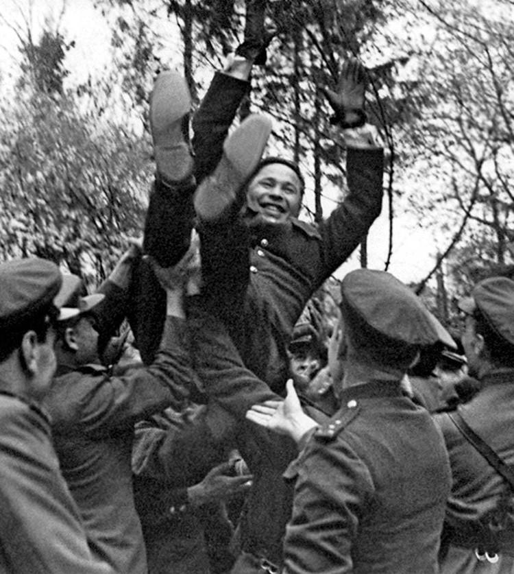 Бойцы качают командарма А.П. Белобородова после награждения его 2 Золотой звездой Героя Советского Союза. Германия, г. Кенигсберг, апрель 1945 г. Фото: Министерство обороны РФ