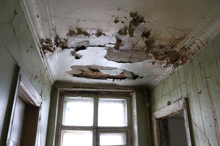 Фото: Амир Закиров В здании протекает крыша, всего за день на полу образовалась лужа