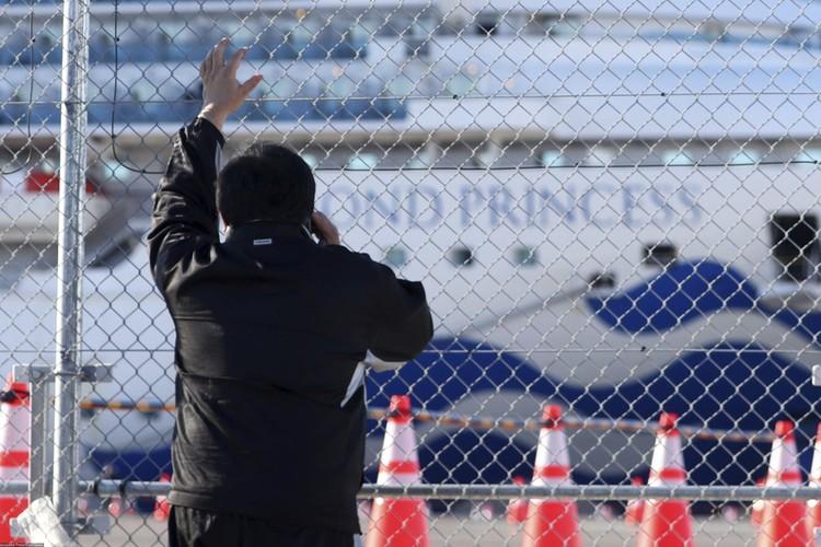 Родственники пассажиров переживают за судьбы своих родных и близких.