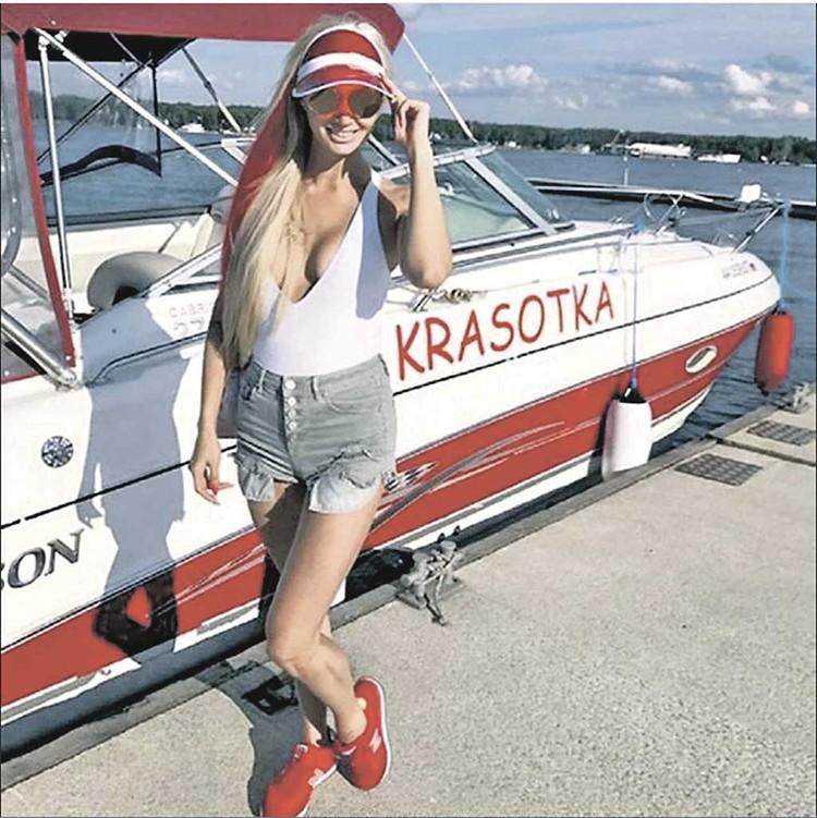 А 27-летнюю Светлану Карпухину музыкант оставил - подарив ей яхту. Фото: Соцсети