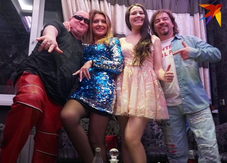 Владимир (крайний справа) с женой Анжеликой (вторая слева) и друзьями. Фото: личный архив.