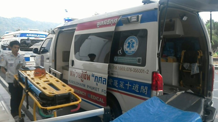Парамедики в Таиланде оказали помощь пострадавшим прямо на пирсе Фото: Eakkapop Thongtub, The Phuket News