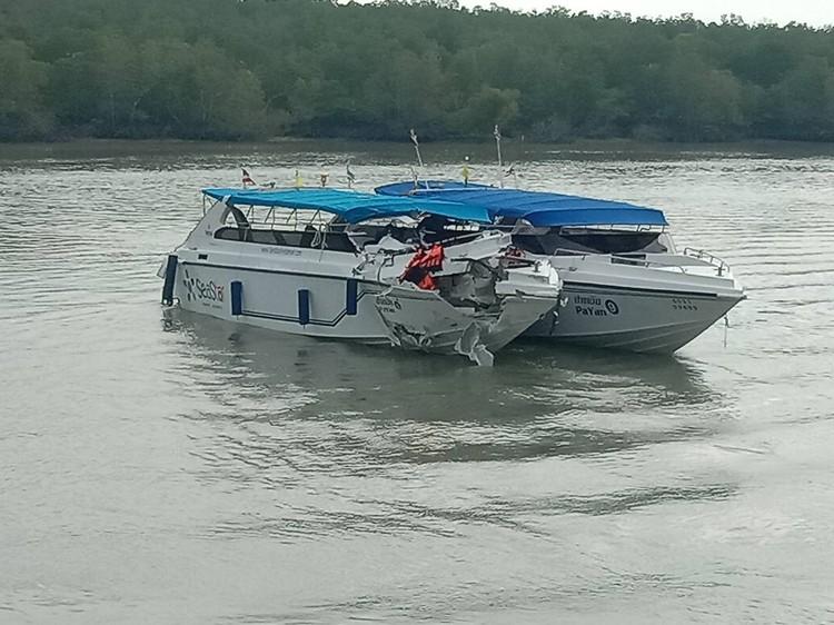 Оба катера отбуксировали к пирсу Фото: Eakkapop Thongtub, The Phuket News