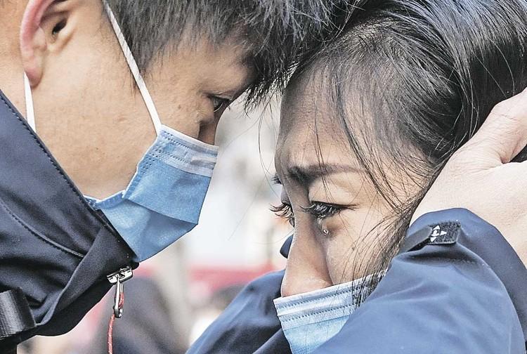 Эта фотография говорит сама за себя: китайский врач прощается со своей семьей, отправляясь в очаг эпидемии - город Ухань. По некоторым данным, 1700 медиков подхватили инфекцию во время работы.