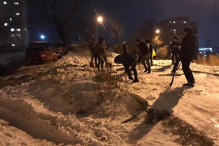 Вечером горожане вышли на расчистку дворов и проездов