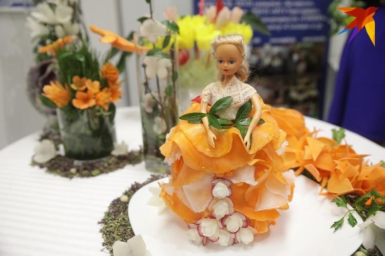 Студентки Минского торгового колледжа каждый год создают фигуры из картошки, морковки и редиски.