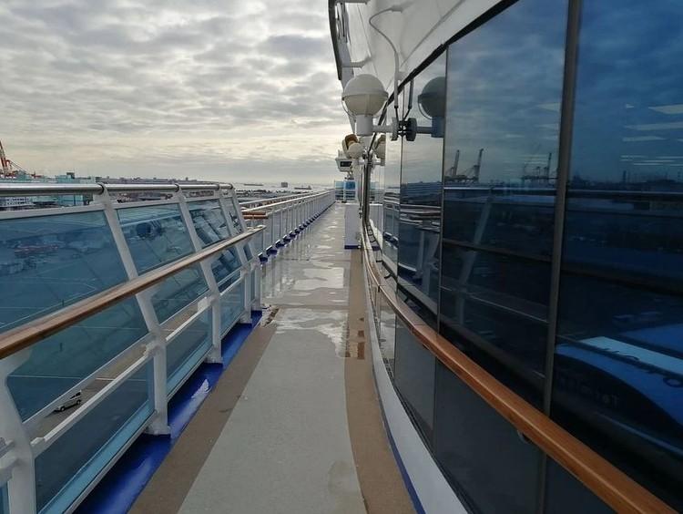 Единственное развлечение - часовая прогулка по палубе. Фото: Сергей ПОПОВ.