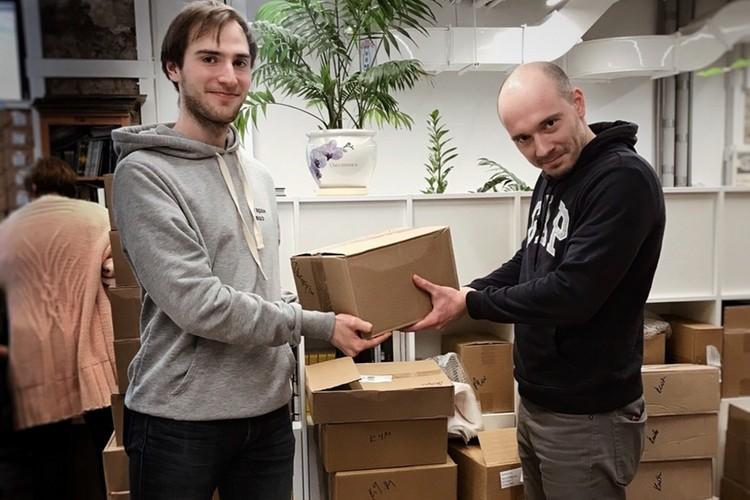 Коробки с книгами Илье Андрееву из «Рельсов» передал Глеб Сауров. Фото: «Рельсы»
