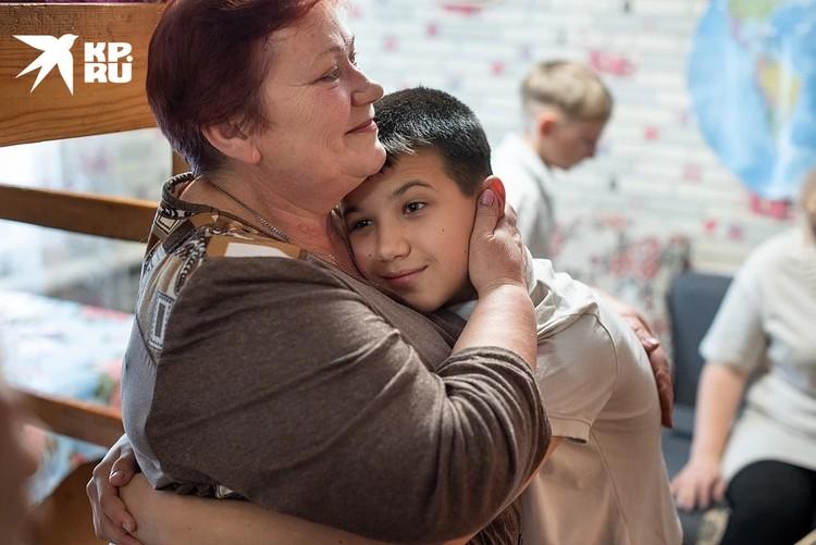 Рома заявил, что не хочет уезжать из приемной семьи, но родная мать считает, что на ребенка оказывают психологическое давление