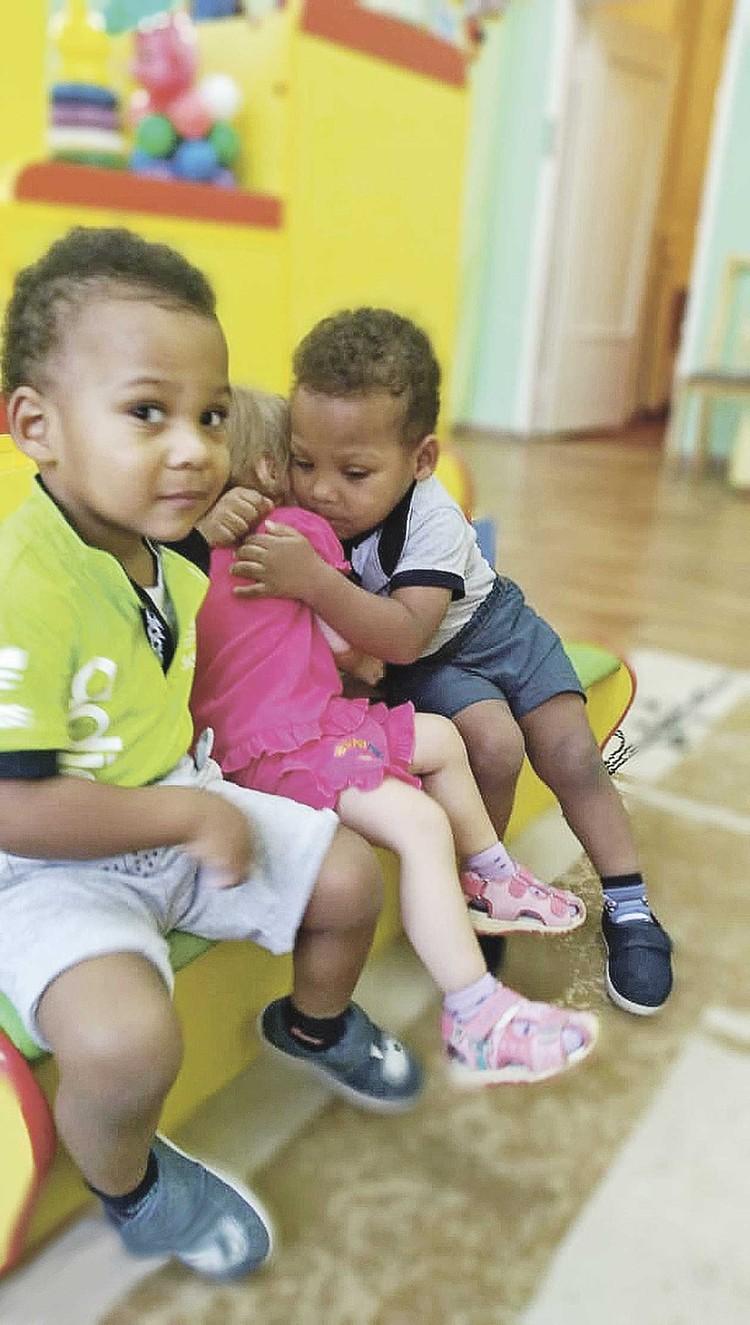 Маленький Дэвид (слева) обожает машинки, а Даниил - танцы и девочек. Фото: Личный архив.