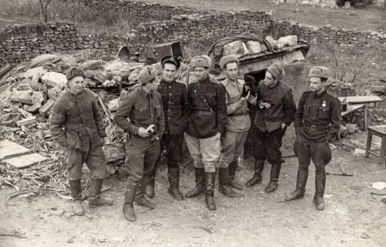 Халдей в группе военных корреспондентов. Керчь, пос. Капканы, январь 1944 года. Фото ВКИКМЗ