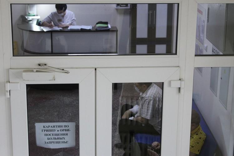 Во всей больнице сейчас карантин из-за сезонной вспышки простудных заболеваний