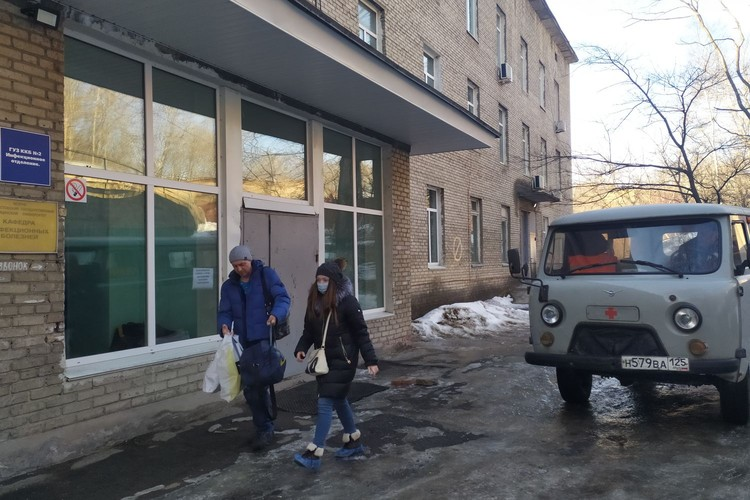 Проход в здание строго через охрану