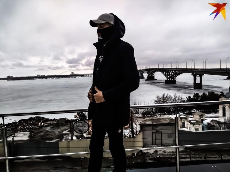 Игорь на фоне моста через Волгу в Саратове