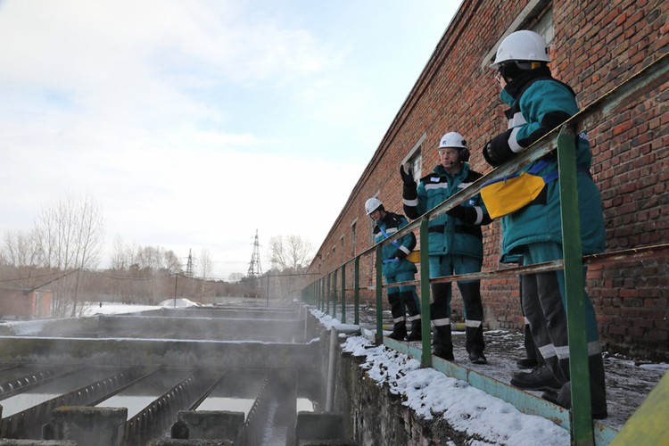 Экскурсанты побывали на очистных сооружениях ООО «Тольяттикаучук». 12 часов — и мутная, зловонная вода становится прозрачной. Фото: ООО «Тольяттикаучук»