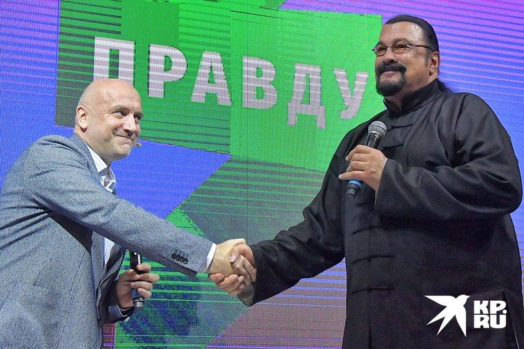 "Захар Прилепин и Стивен Сигал на учредительном съезде партии ""За правду""."