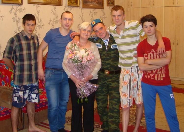 Старшие приедут поздравить маму с праздником.