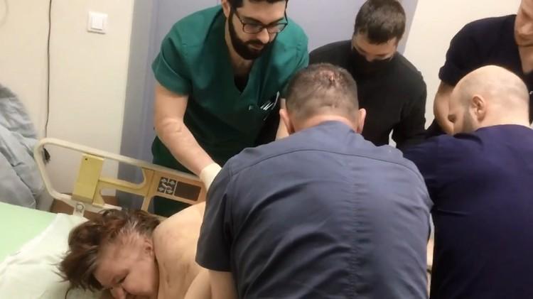 Сразу несколько врачей переворачивают Любовь Нурдинову. Фото: скриншот