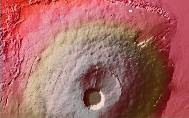 Воронка расположена у подножья гигантского вулкана (помечена светлым прямоугольничком чуть правее в верхней части снимка.