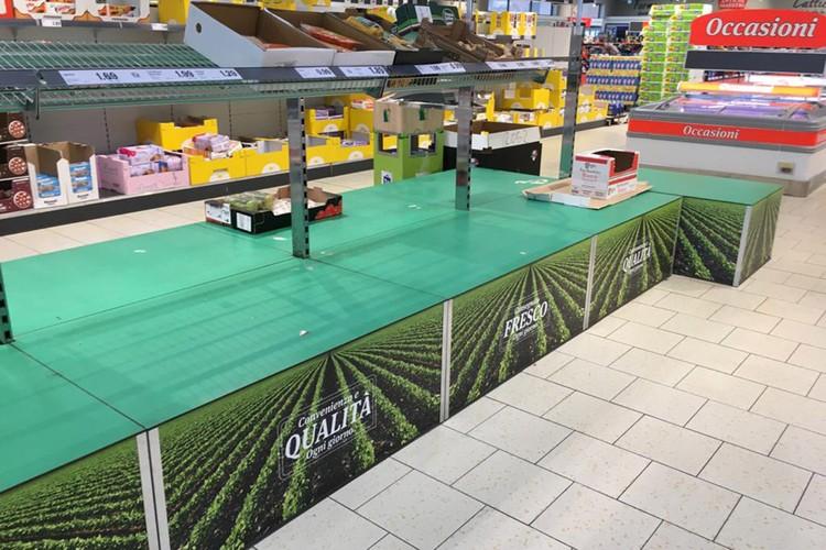 С полок итальянских магазинов смели продукты.