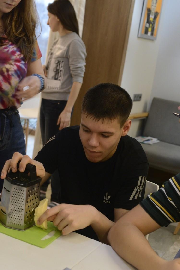 Артем учится готовить, любит лепить из глины, пробует играть на музыкальных инструментах и обожает дурачиться с друзьями Фото: Предоставлено авторами проекта