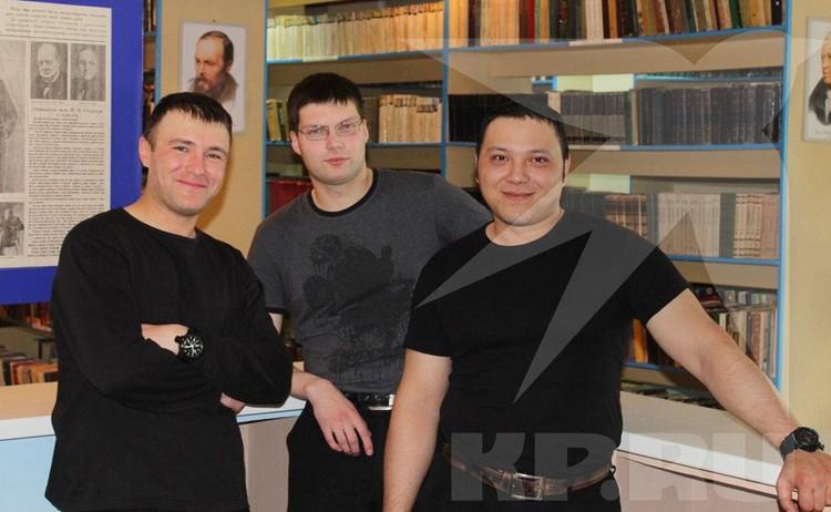 Алексей Гришаков (в центре) работает в тюремной библиотеке