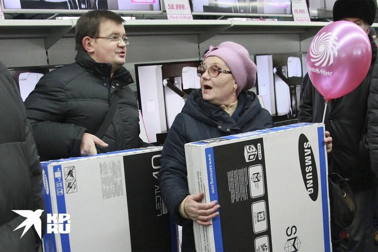 Россиян опять пугают прогнозами о грядущем росте цен на электронику из-за изменения курсов. Надо ли прямо сейчас бежать в магазин?