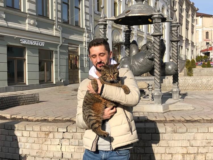 Михаил кормит своего питомца диетическим, сбалансированным кормом и регулярно водит к ветеринарам.