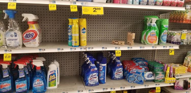В магазинах и аптеках антибактериальных салфеток и гелей нет.