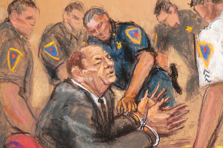 После вынесения приговора на Вайнштейна надели наручники.Рисунок художника из зала судебного заседания.