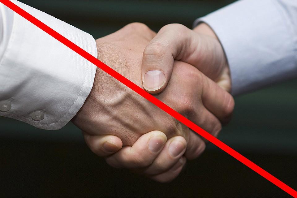 Россиянам на время эпидемии коронавируса следует воздерживаться от рукопожатий. Фото: GLOBAL LOOK PRESS