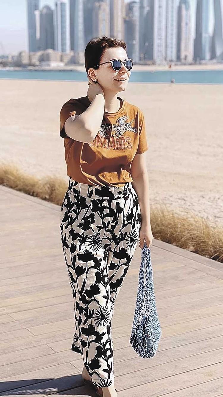 Похожая на авоську сумочка от Celine за 100 тысяч рублей. Очки Dior за 30 тысяч рублей.
