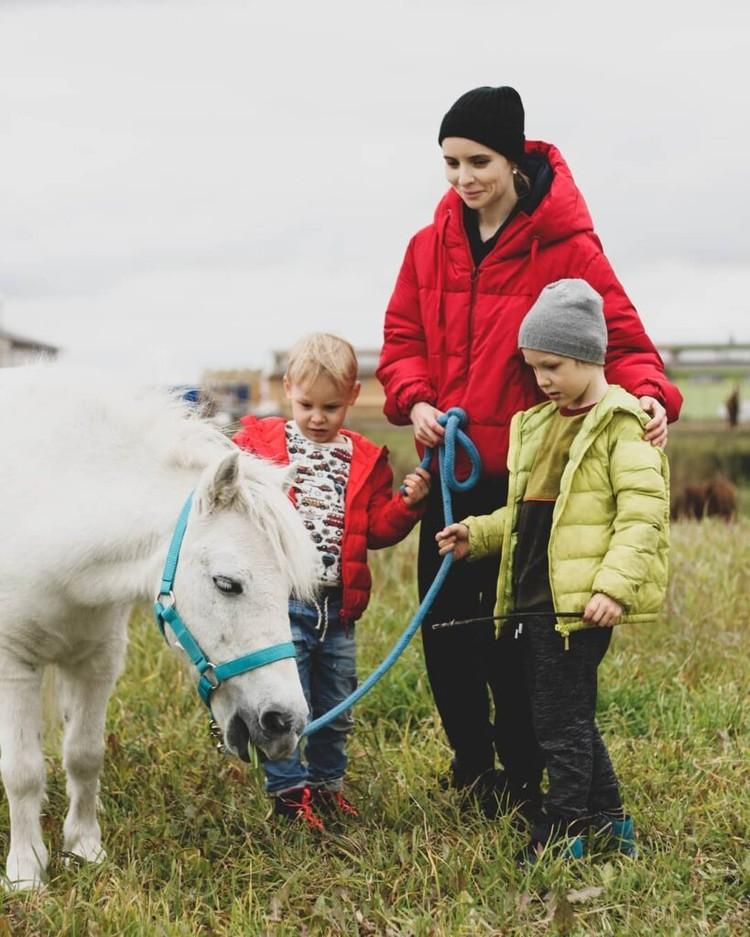 Андрей, Витя, и их мама Саша знакомятся с пони Фаней. Фото: БФ «Я свободен».