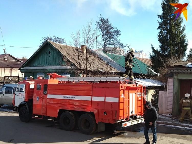 На месте работают пожарные СПСЧ, 1 ПСЧ и 3 ПСЧ