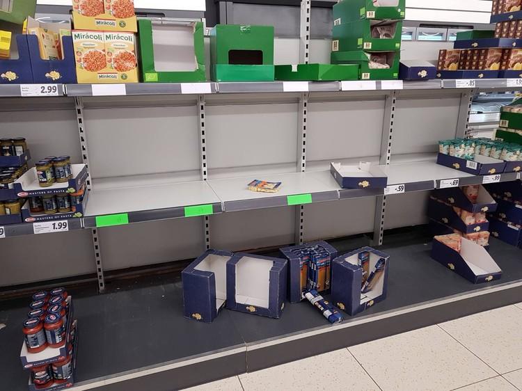В пандемию и в немецких магазинах бывает хоть шаром покати. Фото: Марина Шутан.