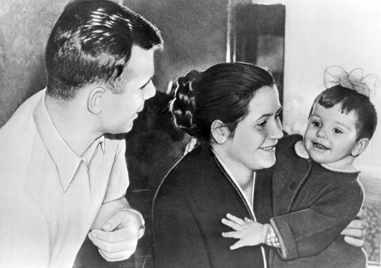 1 января 1961 года. Юрий Гагарин, его супруга Валентина Ивановна и дочь Елена