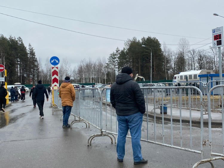 На входе в комплекс вас атакуют брутальные мужчины, продающие фальшивые симки, а на выходе – чернявые таксисты с предложением довести до метро за 600 рублей с души.
