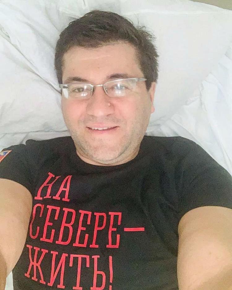 Евгений Викторович не унывает и работает из дома.