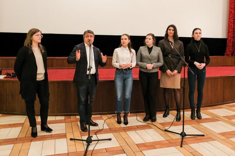 В работе над фильмом съемочной группе помогали молодые студенты-журналисты.