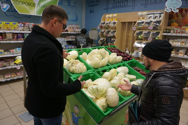 Ребята выбирают продукты со знанием дела.